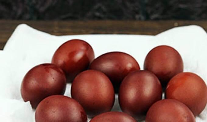 jajca-na-pashu-v-lukovoj-sheluhe