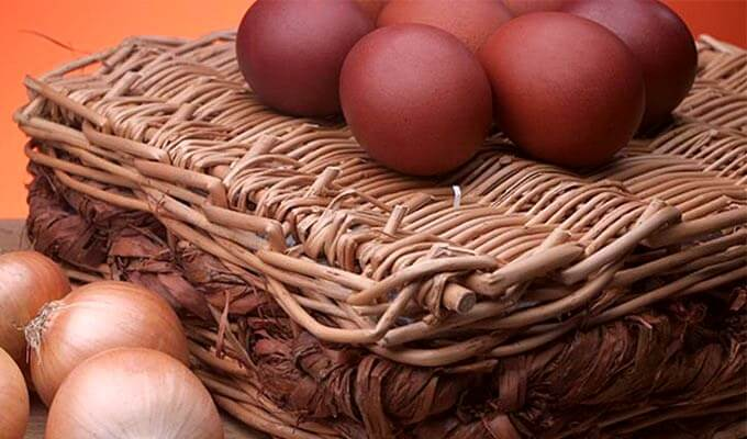 jajca-npashalnye-v-lukovoj-sheluhe