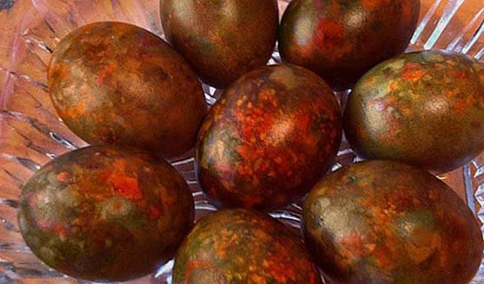 mramornye-jajca-s-lukovoj-sheluhoj-i-zelenkoj