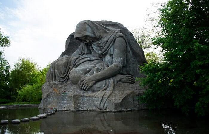 mamaev-kurgan-v-volgograde-skorb-materi