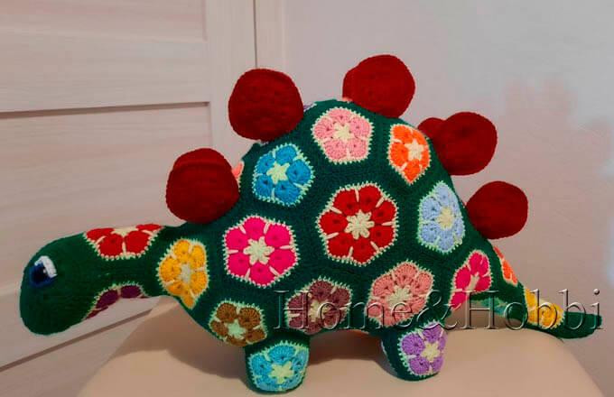 stegozavr-iz-motivov-afrikanskij-cvetok